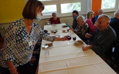 Šumperské dobrovolnice uspořádaly pro seniory zahradní slavnost
