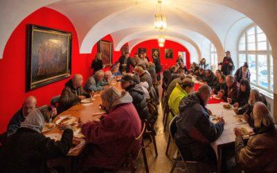 Tradiční oběd s Maltézskými rytíři pomohl lidem bez domova
